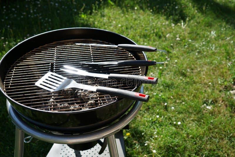 Le feu ouvert dans le gril pour griller une saucisse avec un charbon de bois images stock