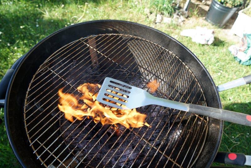 Le feu ouvert dans le gril pour griller une saucisse avec un charbon de bois photos stock