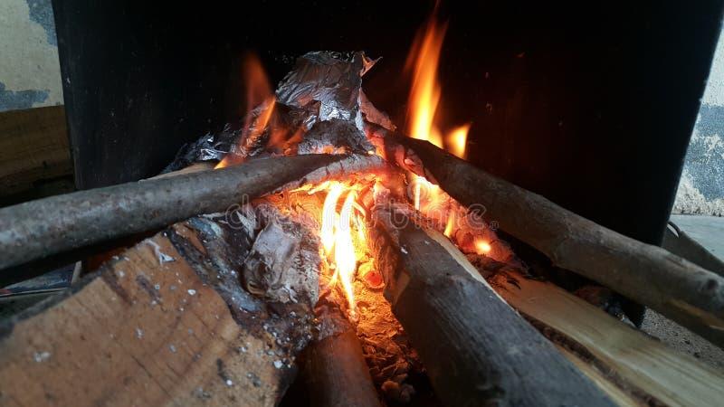 Le feu ouvre une session dessus le pot du feu avec des braises et des flammes brûlantes de charbon et de flambage photo libre de droits