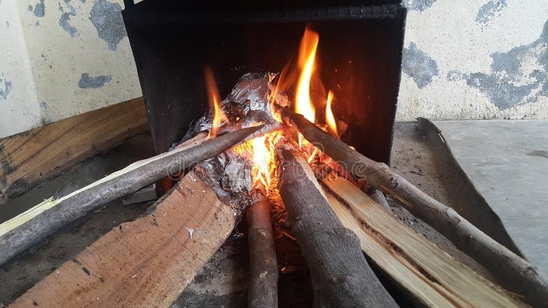Le feu ouvre une session dessus le pot du feu avec des braises et des flammes brûlantes de charbon et de flambage image libre de droits