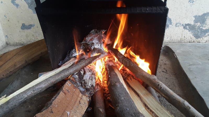 Le feu ouvre une session dessus le pot du feu avec des braises et des flammes brûlantes de charbon et de flambage photographie stock libre de droits