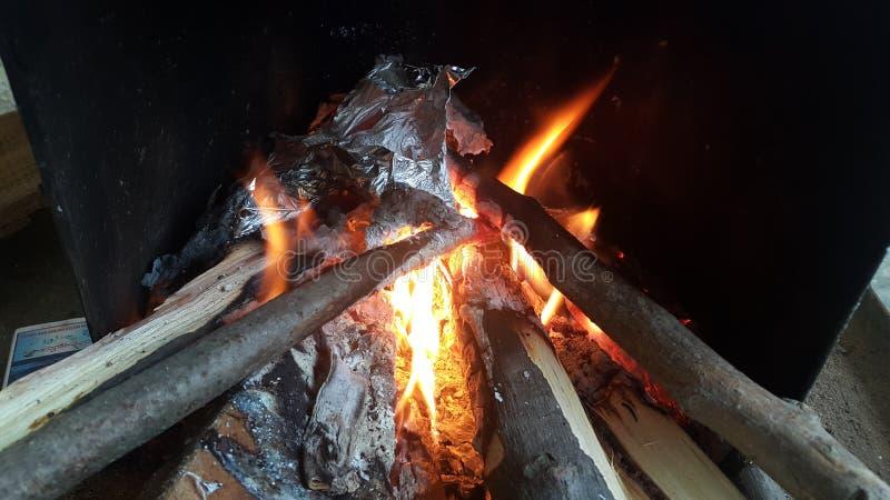 Le feu ouvre une session dessus le pot du feu avec des braises et des flammes brûlantes de charbon et de flambage images libres de droits