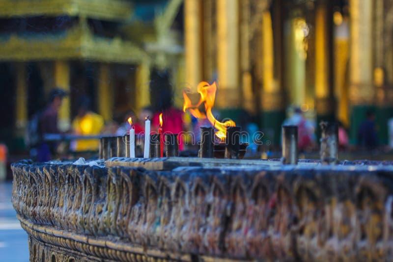 Le feu rituel dans la pagoda images stock