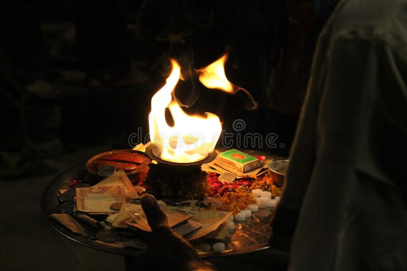 Le feu saint utilisé pour l'offre pendant un rituel à Varanasi photos libres de droits