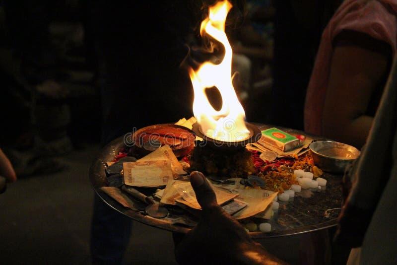 Le feu saint utilisé pour l'offre pendant un rituel à Varanasi images stock