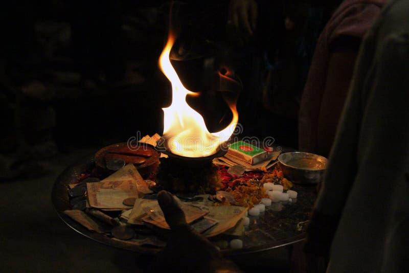 Le feu saint utilisé pour l'offre pendant un rituel à Varanasi images libres de droits
