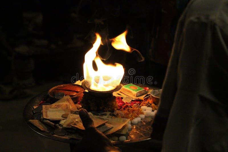 Le feu saint utilisé pour l'offre pendant un rituel à Varanasi photographie stock libre de droits