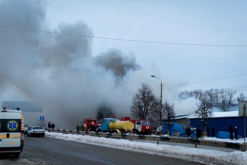 Le feu sur le grand marché Chernivtsi, Ukraine Marché de Kalinka images libres de droits