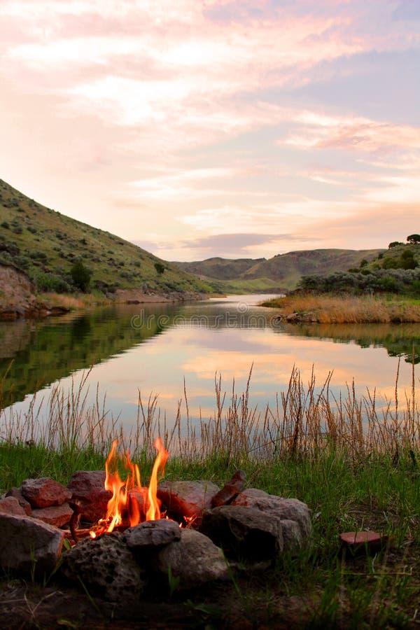 Le feu sur la banque du lac photos stock