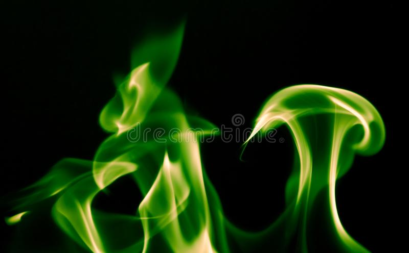 Le feu vert de flamme sur un fond noir photographie stock libre de droits