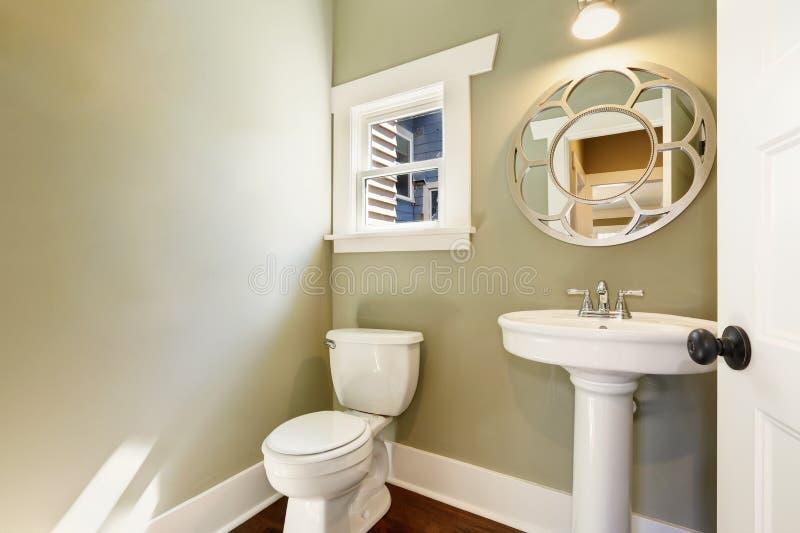 Le feu vert a rempli demi bain de lavabo de piédestal image stock