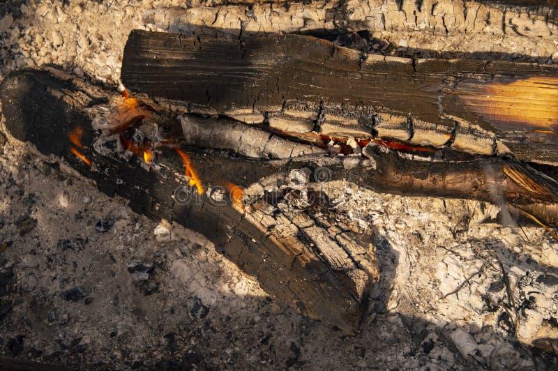 Le fiamme di morte di un falò - un'immagine di sfondo fotografia stock