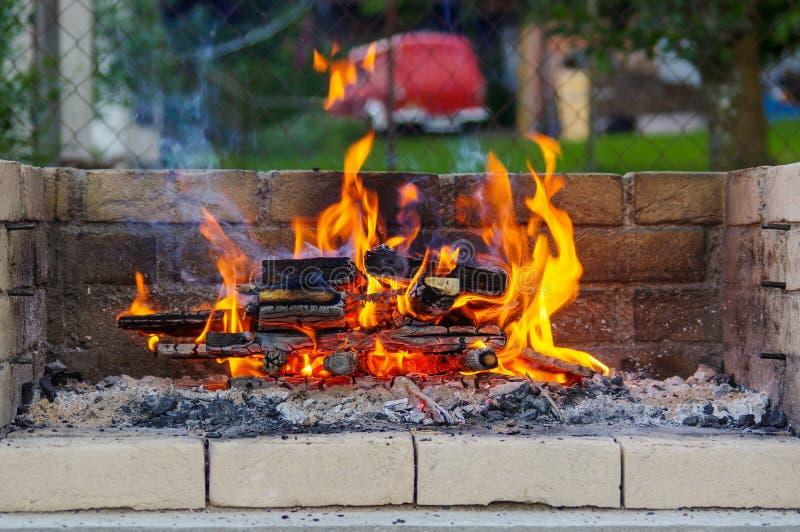 Le fiamme su un barbecue grigliano con il lotto di carbone fotografie stock libere da diritti