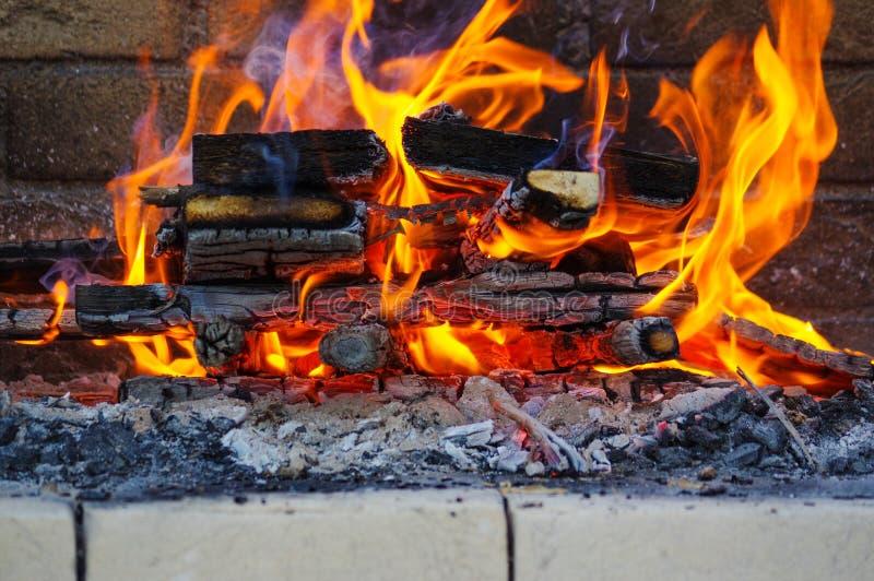 Le fiamme su un barbecue grigliano con il lotto di carbone fotografia stock