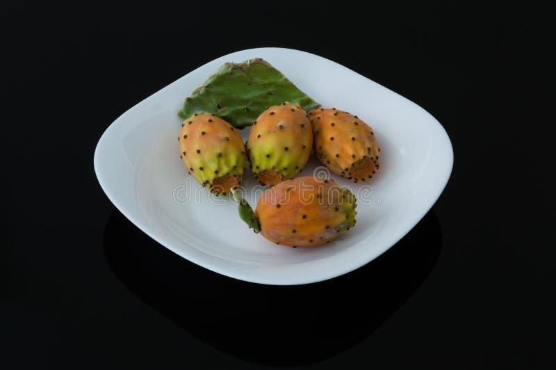 Le figuier de barbarie porte des fruits dans un plat blanc photo libre de droits