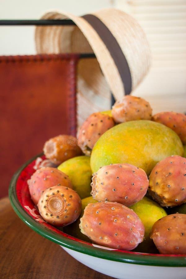 Le figuier de mangue et de barbarie porte des fruits dans un plat image libre de droits