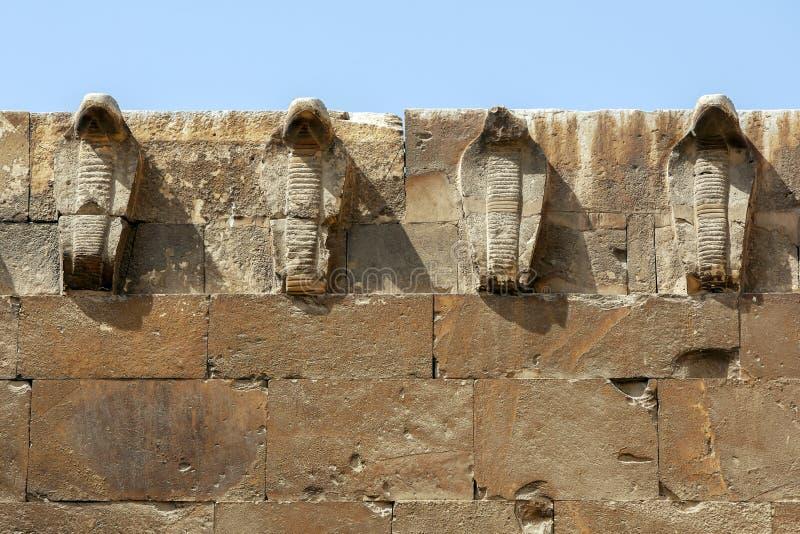 Le figure della cobra ornano la parete orientale della necropoli di Saqqara nell'Egitto del Nord immagini stock