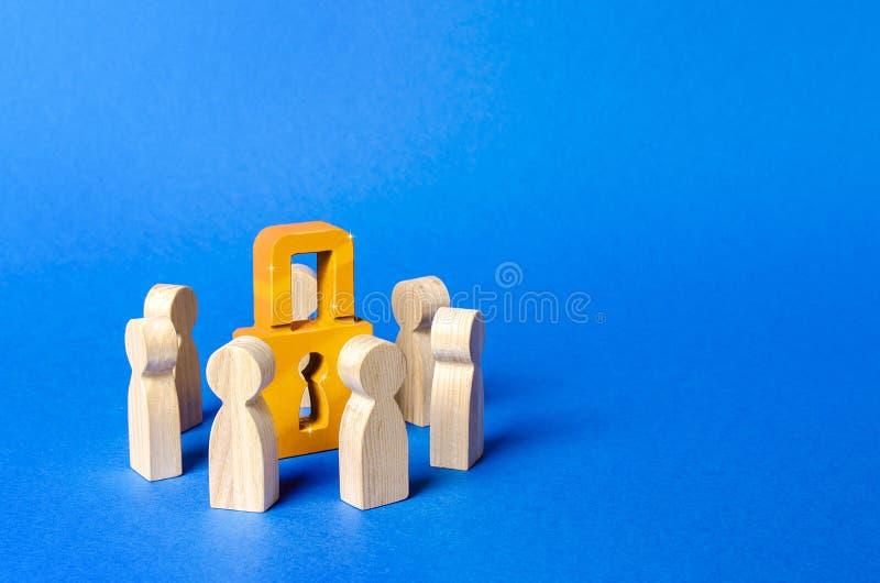 Le figure della gente circondano un lucchetto dorato Privacy e sicurezza, riservatezza accordo NDA Segreto bancario Protezione immagine stock libera da diritti
