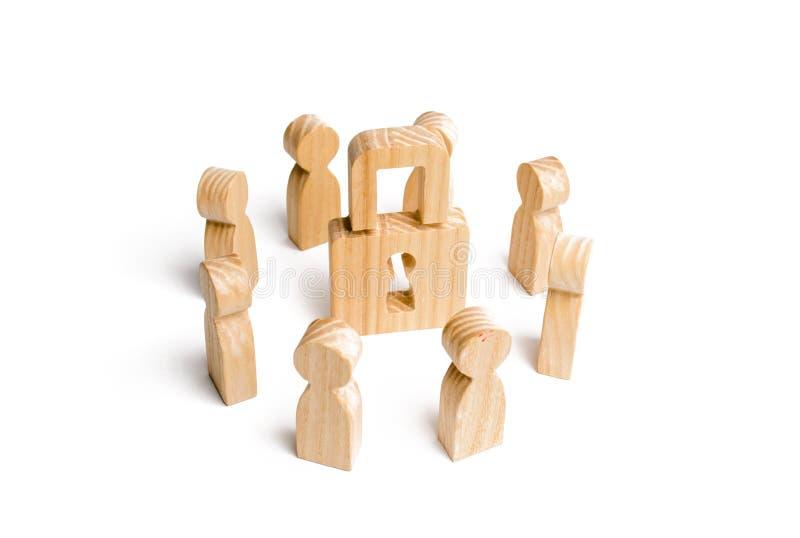 Le figure di legno della gente circondano il lucchetto concetto di protezione dei segreti commerciali di dati personali, dedica a fotografia stock libera da diritti