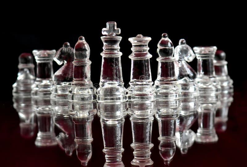 Le figure di scacchi hanno fatto di vetro fotografie stock