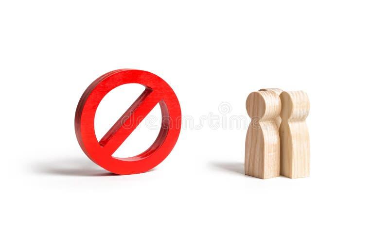 Le figure di tre persone esaminano un grande simbolo rosso NO Divieto di tasse ed azioni di protesta, censura Legge marziale entr fotografie stock libere da diritti