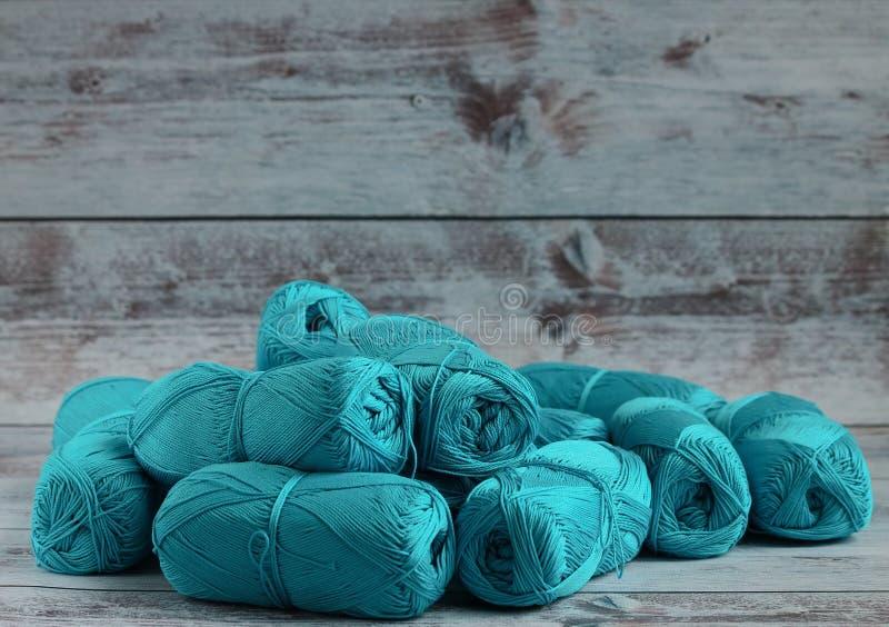 le fil à tricoter est dispersé sur un fond clair image stock