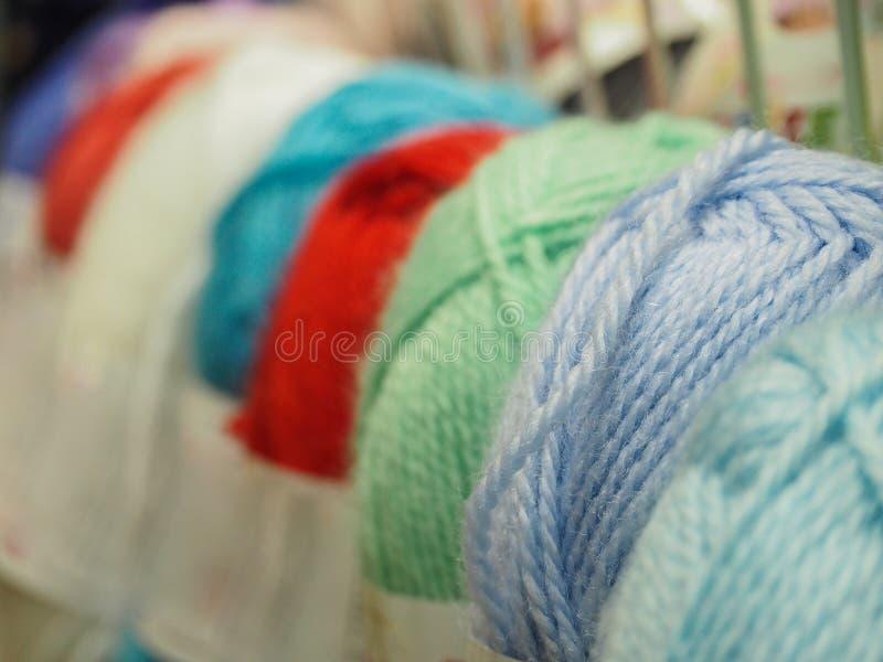 Le fil coloré Billes colorées de filé Filé pour le tricotage images libres de droits