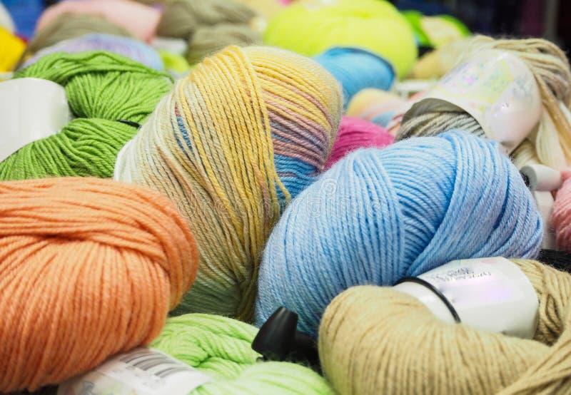 Le fil coloré Billes colorées de filé Filé pour le tricotage photographie stock libre de droits