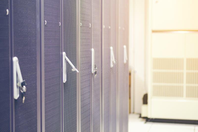 Le file dello scaffale del server del contenitore di hardware del server nel centro dati serviscono immagine stock libera da diritti