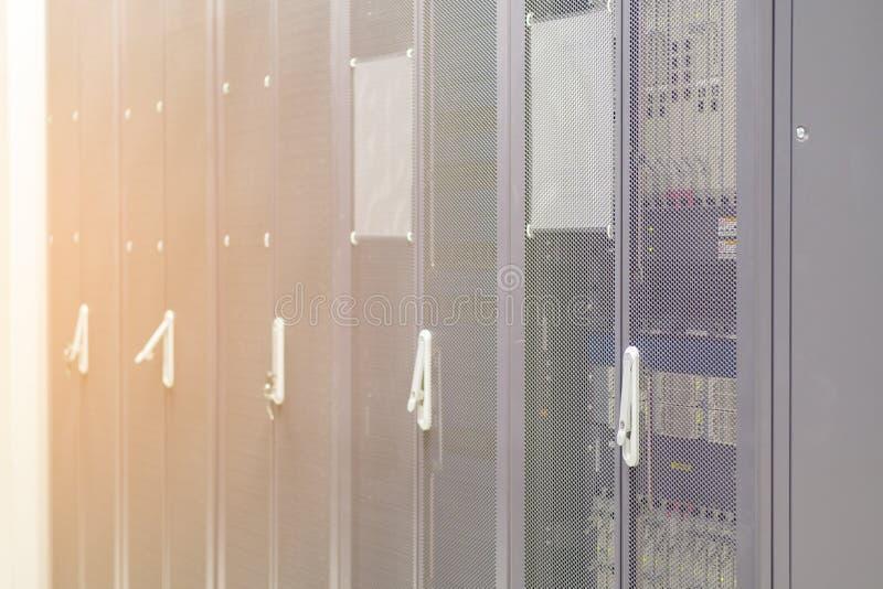 Le file dello scaffale del server del contenitore di hardware del server nel centro dati serviscono immagine stock