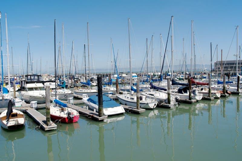 Download Le File Multiple Delle Barche Si Sono Messe In Bacino A San Francisco Un Giorno Soleggiato Immagine Stock - Immagine di vela, crociera: 30827701