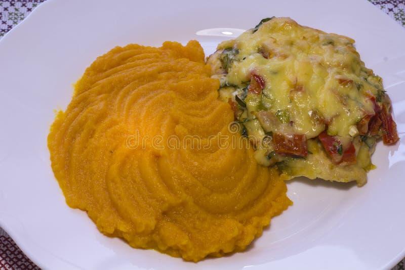 Le filet de poulet a complété avec les légumes et le gruau de potiron image libre de droits
