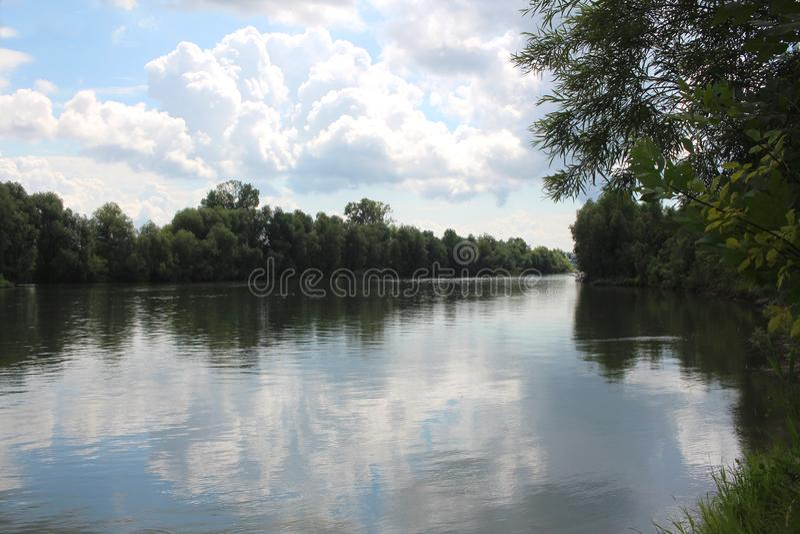 Le filet de rivière en été, pêchant sur l'environnement de bateau du lac photo libre de droits