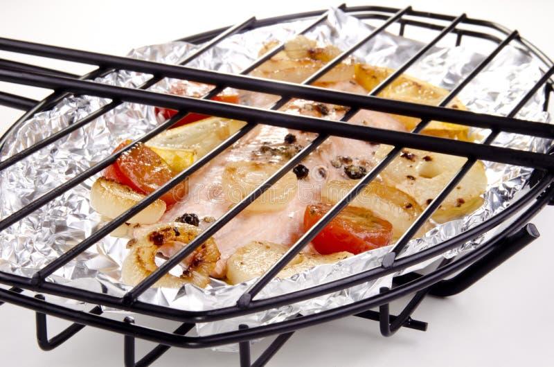 Le filet de truite dans un poisson grillent avec le légume images libres de droits