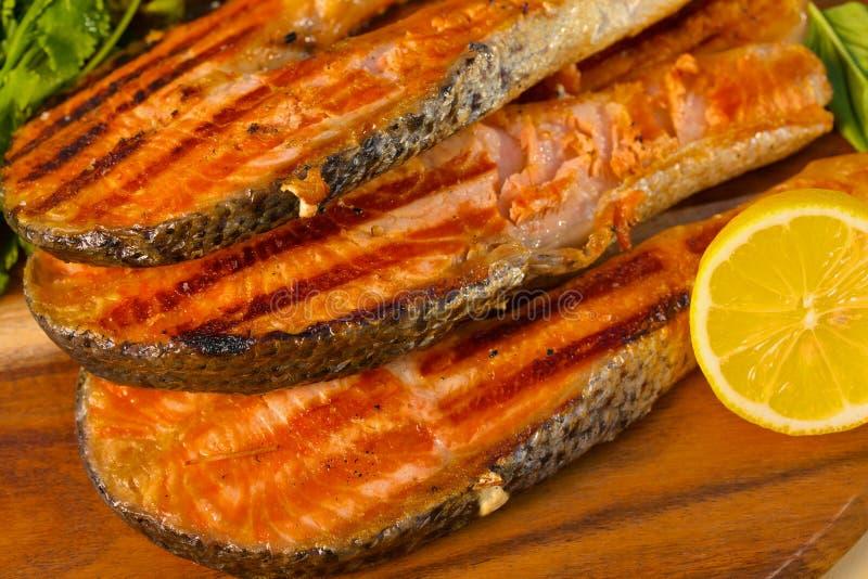 Le filet saumoné avec la chaux a fait cuire sur un gril images libres de droits