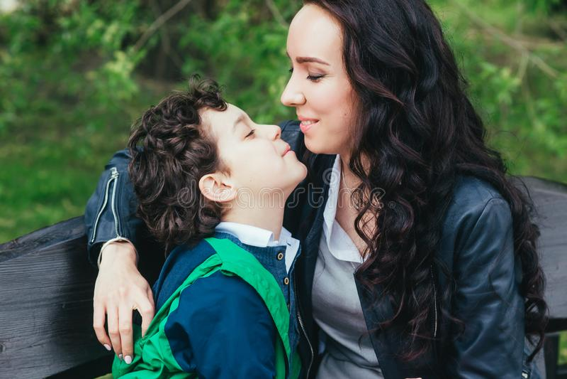 Le fils embrasse sa mère en parc Famille heureux photo libre de droits