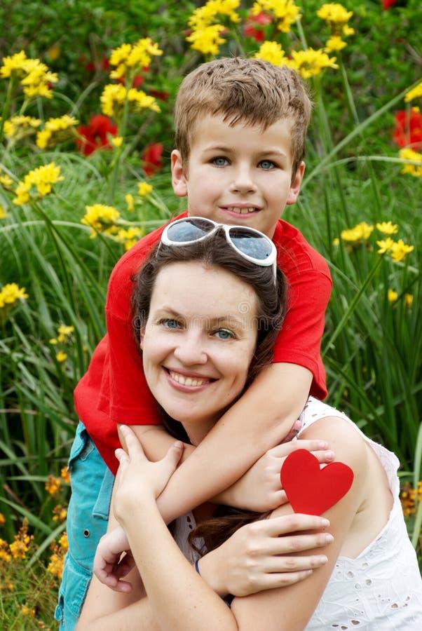 Le fils et la mère en stationnement. images libres de droits