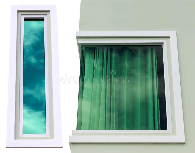 Le finestre concrete di Solate riflettono il cielo blu fotografia stock
