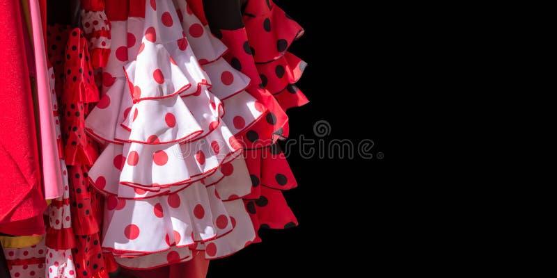Le flamenco rouge s'habille sur le fond noir en Séville photo libre de droits