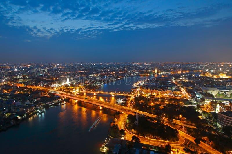 Le fleuve Chao Phraya avec le pont et le point de repère commémoratifs de la Thaïlande au crépuscule images stock