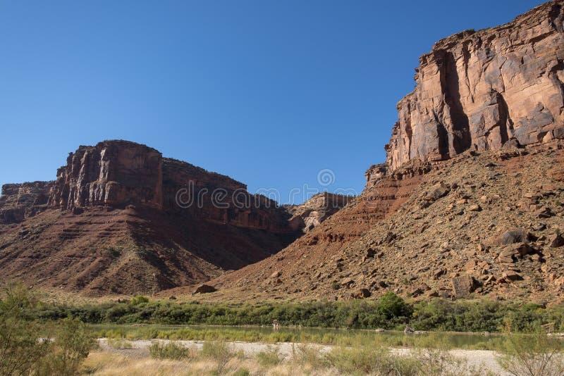 Le fleuve Colorado avec des roches de grès rouge photo libre de droits