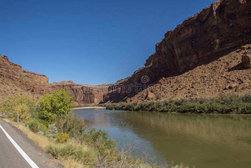 Le fleuve Colorado avec des roches de grès rouge photographie stock libre de droits