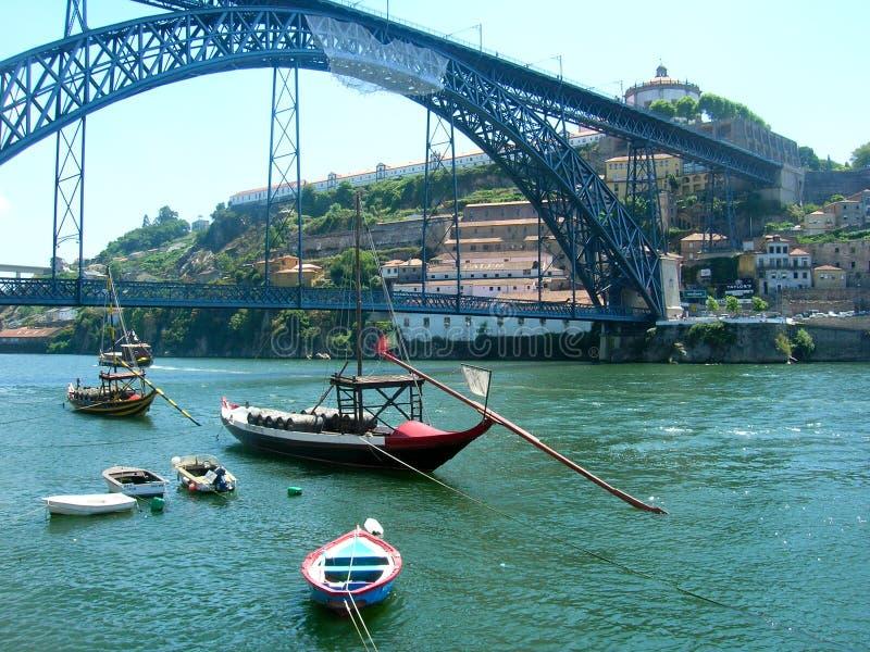 Le fleuve Douro de Porto avec des bateaux au Portugal images stock