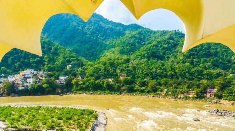 Le fleuve Ganga jette l'Himalaya à Rishikesh, Inde photo libre de droits