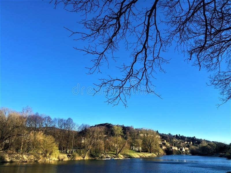 Le fleuve Pô, ciel et nature dans la ville de Turin, Italie Paix et beauté image stock