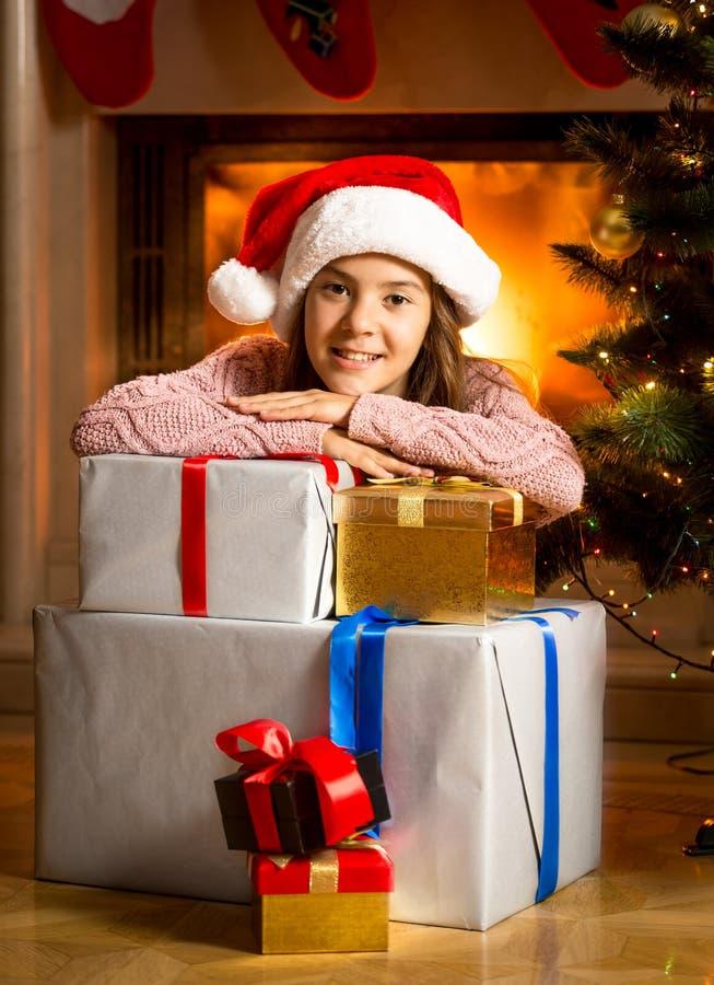 Le flickabenägenhet på julgåvaaskar på spisen fotografering för bildbyråer