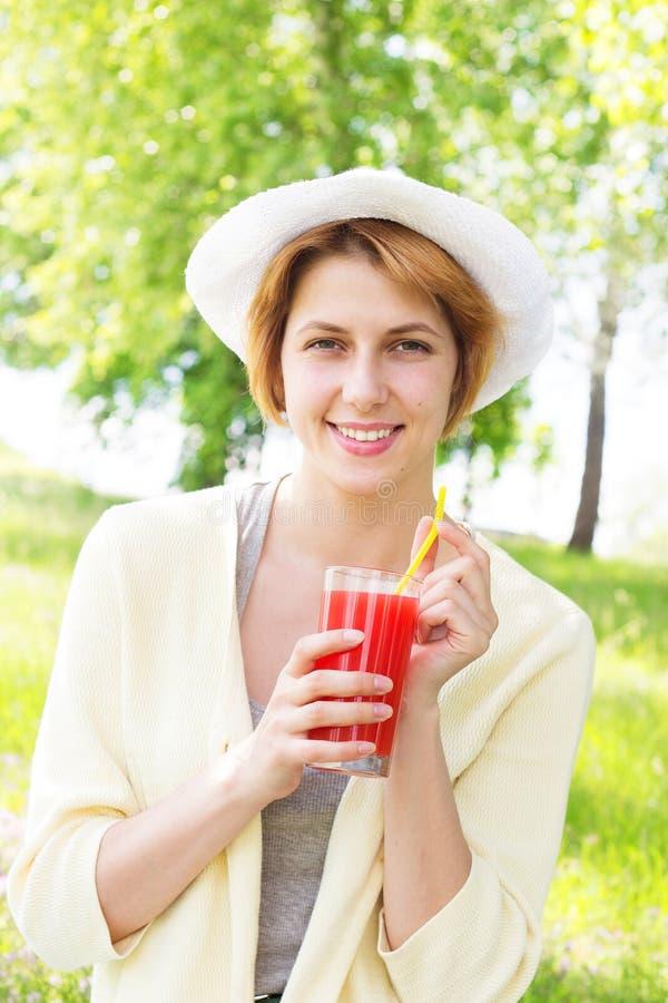 Le flickan dricker fruktsaft royaltyfria foton