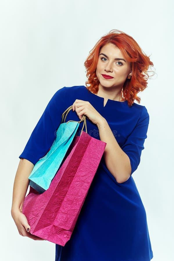 Le flickan med shoppingpåsarna arkivbilder