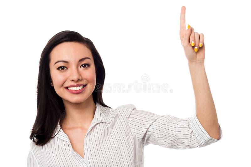 Le flickan som uppåt pekar arkivbild