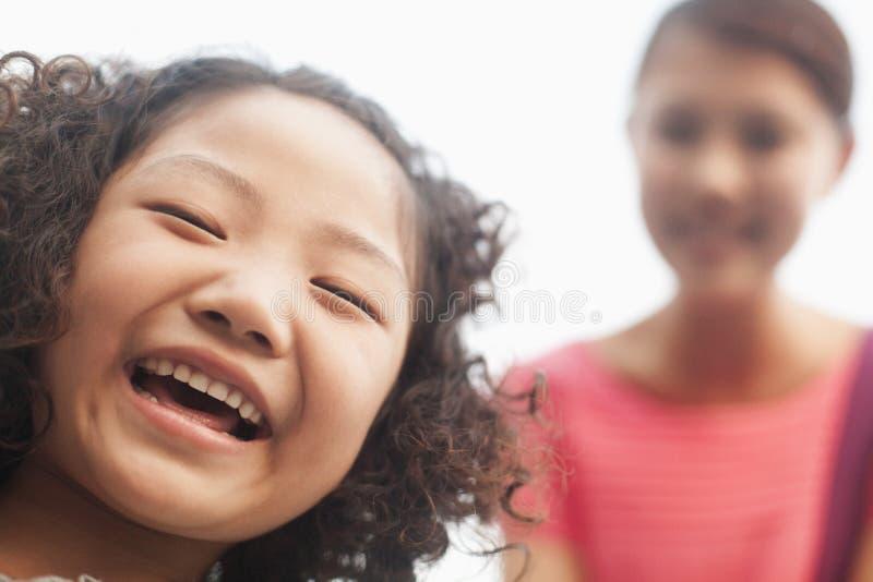 le flickan, ståenden, närbild och att se kameran royaltyfria bilder